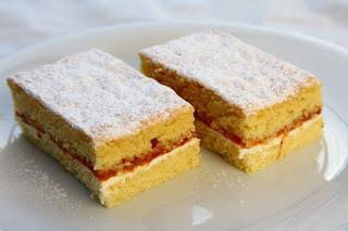 Biskvit s kislo smetano in marelično marmelado