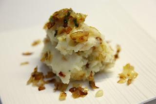 Krompirjev pire s popečeno začinjeno čebulo
