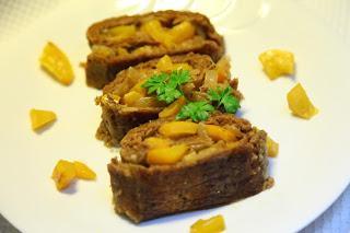 Rolada iz govejega mesa nadevana z omako iz rumene paprike