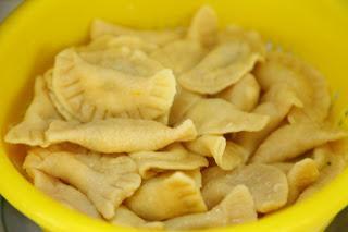 Domači ravioli nadevani s sirom, drobnjakom in pinjolami