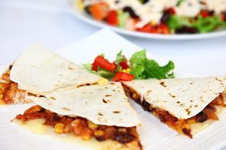 Polnjeni tortiljini trikotniki s sirom in omako iz piščanca in rdečega fižola- Quesadille