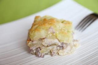 Gratiniran kuhan krompir z vijolično čebulo