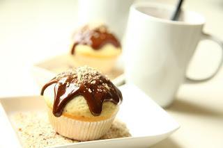 Mafini z nutelo in mletimi lešniki preliti s stopljeno čokolado
