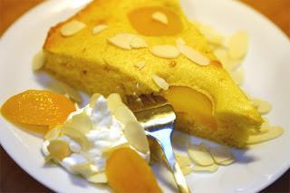 Marelični kolač z mandlji in smetano