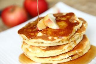 Jabolčne ameriške palačinke z javorjevim sirupom