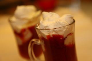 Vroče jagode z vanilijevim sladoledom in smetano
