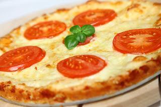 Hitra pica s sirom in paradižnikom