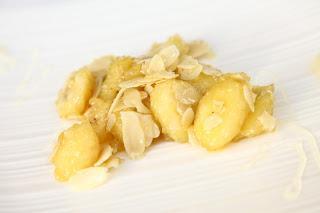 Pečene banane z medom in mandlji