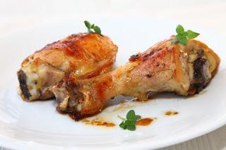 Pečene piščančje bedrca s čebulo
