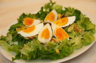 Solata s popečenim porom in jajci