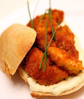 Ocvrte bučke s tatarsko omako v sendviču