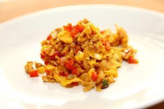 Umešana jajčka s tuno in rdečo papriko