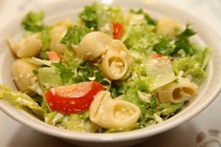 Zelena solata s testeninami, paradižnikom in feta sirom