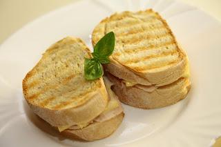 Topli sendviči s šunko in sirom