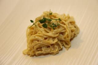 Špageti s kislo smetano, čebulo in sirom