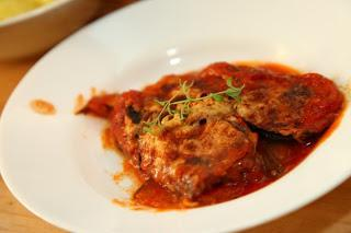 Pečeni melancani s paradižnikovo omako in sirom