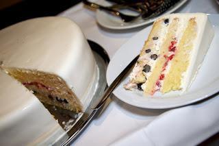 Poročna torta z jogurtovo kremo, borovnicami in jagodami