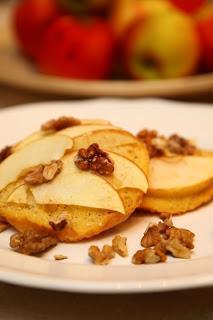 Jajčne kruhove rezine s cimetom, jabolki in orehi