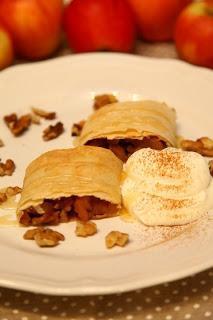 Jabolčni zavitek z medeno karamelo, cimetom in orehi