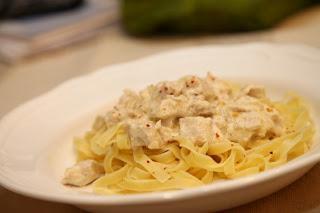 Testenine s piščancem iz juhe, gorgonzolo, parmezanom in vinom