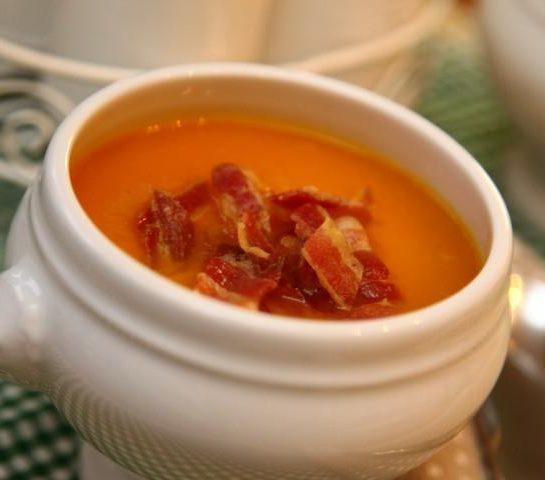 Preprosta bučna juha s panceto