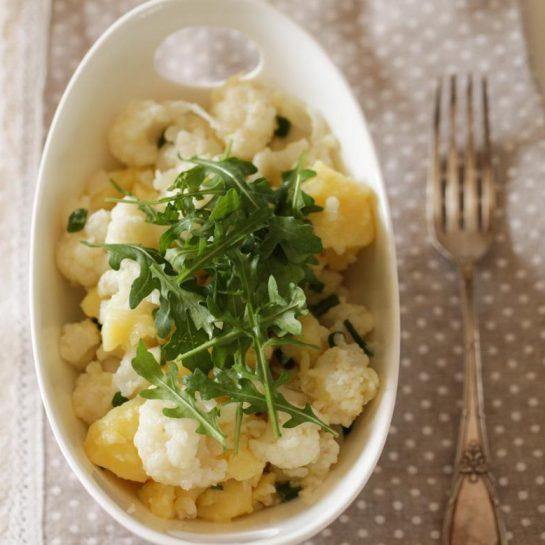 Krompirjeva in cvetačina solata z rukolo