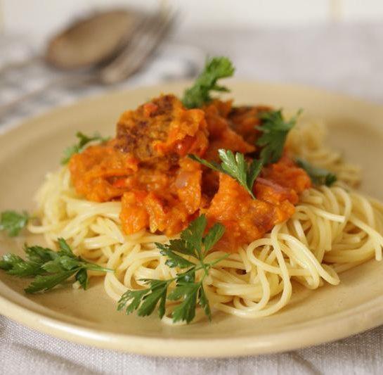 Špageti v omaki iz pečene hokaido buče z mesnimi kroglicami