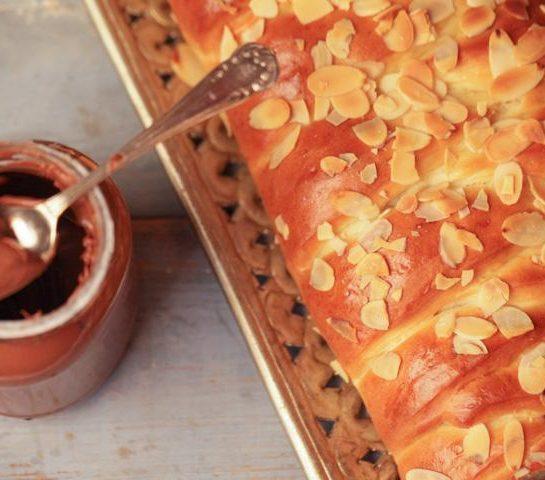 Pletenka s čokoladnim namazom/Nutello in mandljevimi lističi