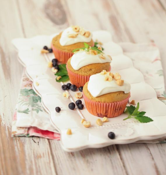 Borovničevi kolački z ječmenovim napitkom/Sippy-jem in praženimi lešniki