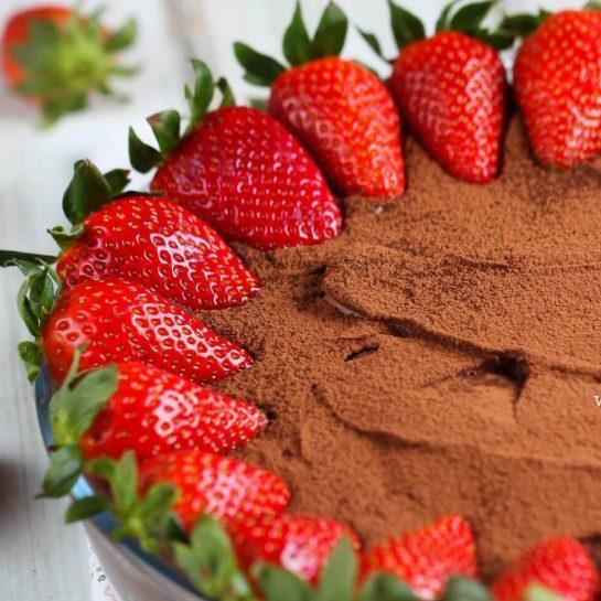 Brezglutenska čokoladna kremna torta z jagodami