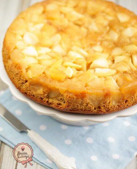 Brezlaktozni obrnjen jabolčni kolač s kokosovim sladkorjem