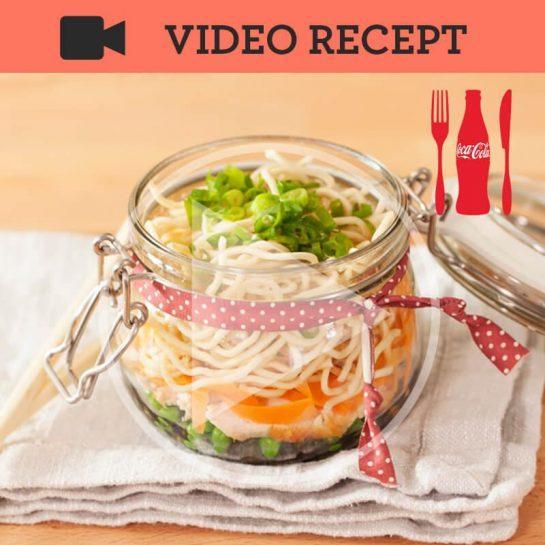 Azijska juha z rezanci, piščančjim mesom in grahom