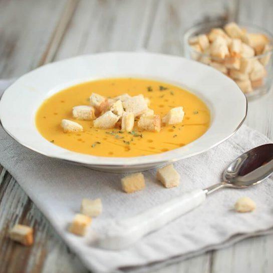 Korenčkovo porova juha s kurkumo in brezglutenskimi krutoni