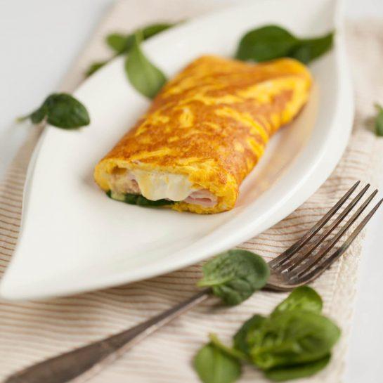 Jajčna omleta s špinačo, kremnim sirom in kuhanim pršutom