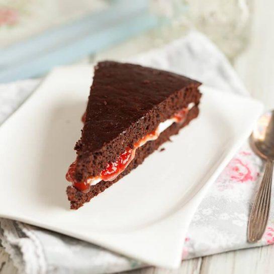 Brezjajčna, brezglutenska čokoladna torta z jagodnim džemom in kislo smetano