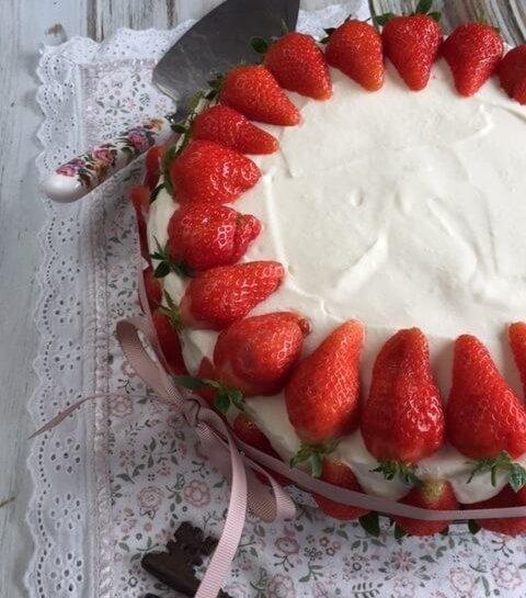 Jagodna jogurtova torta brez peke