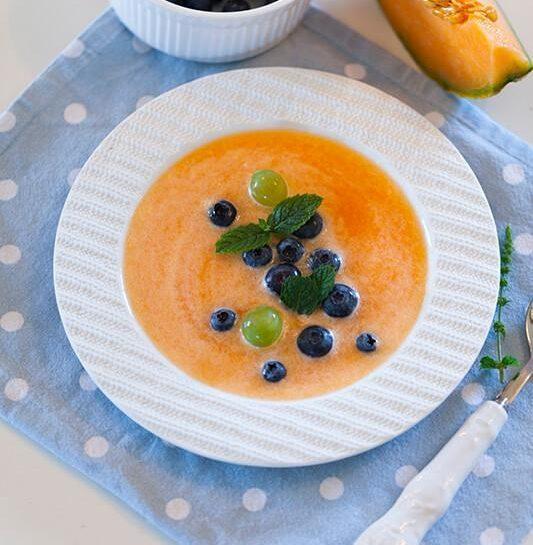 Melonina poletna juha z borovnicami in grozdjem