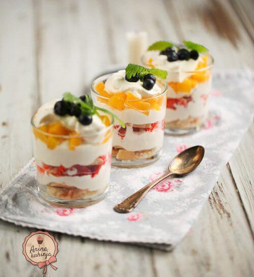 Preprosti skutni parfait s sadjem