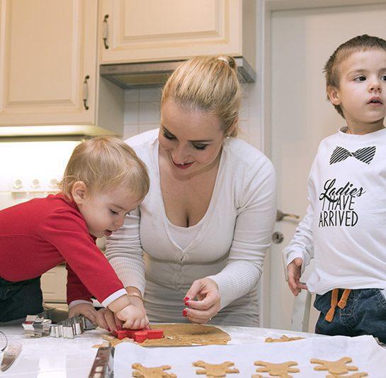Ustvarjanje prazničnih medenjakov z otroci
