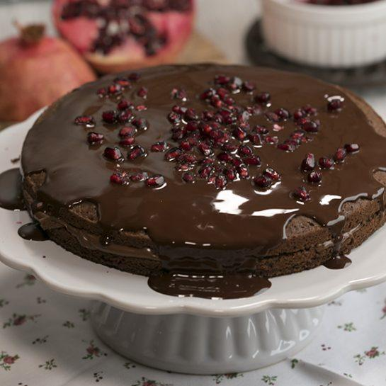 Preprost čokoladni čajni kolač na žlice z granatnim jabolkom