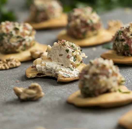 Kremne sirne kroglice s tartufi, salamo in orehi na krekerjih