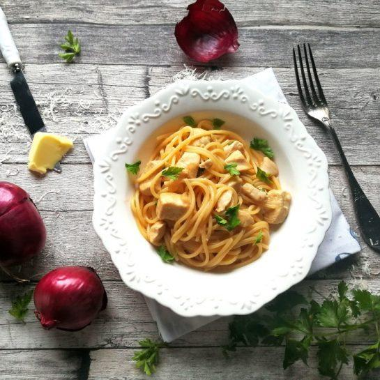Špageti v enem loncu v preprosti čebulni, česnovi omaki s piščancem