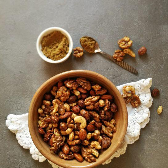 Hrustljavi oreščki z garam masalo, javorjevim sirupom in maslom