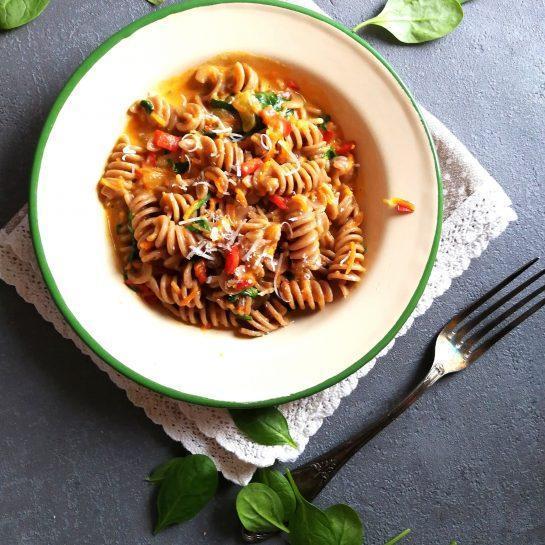 Pirini polnozrnati svedrci v zelenjavni omaki z rdečo papriko in špinačo pripravljeni v eni posodi