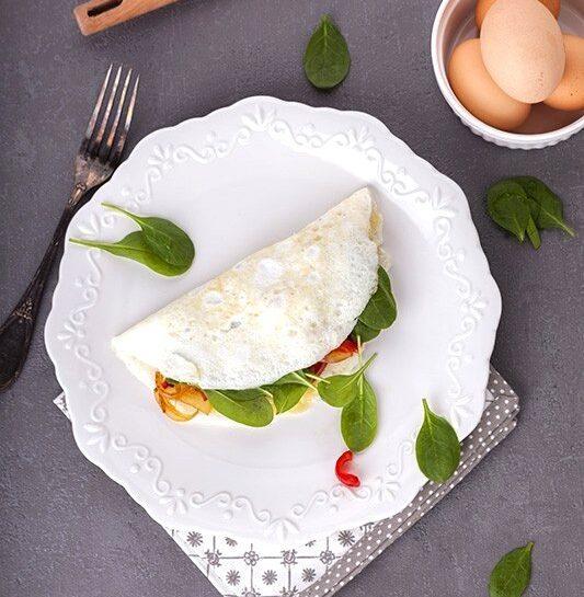 Beljakova jajčna omleta z rdečo papriko, gavdo in špinačo