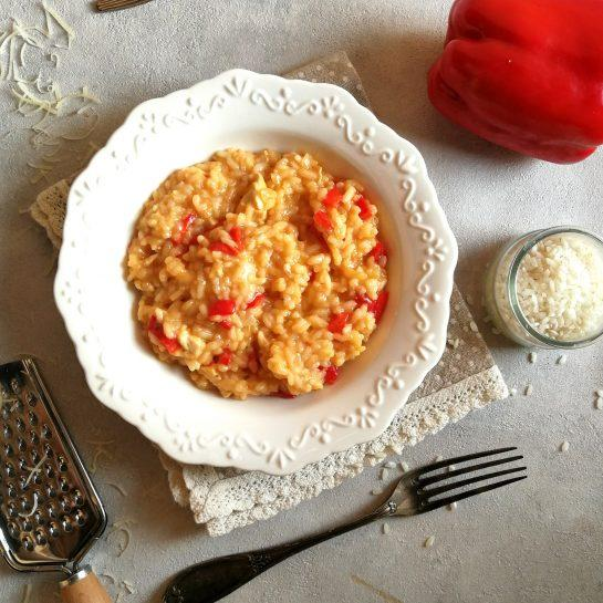 Lepljiva preprosta rižota z rdečo papriko in piščančjim mesom