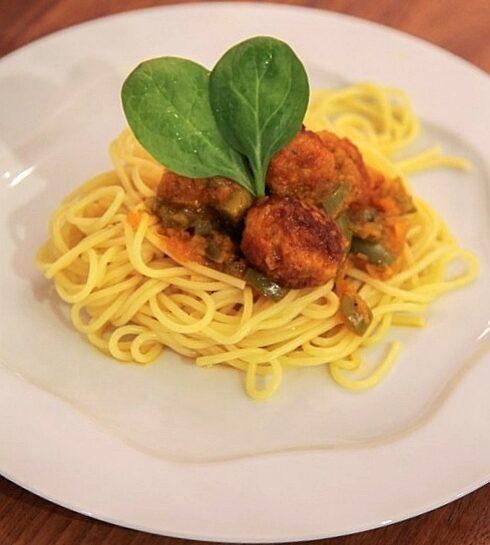 Špageti s piščančjimi mesnimi kroglicami v curryevi omaki z zeleno papriko