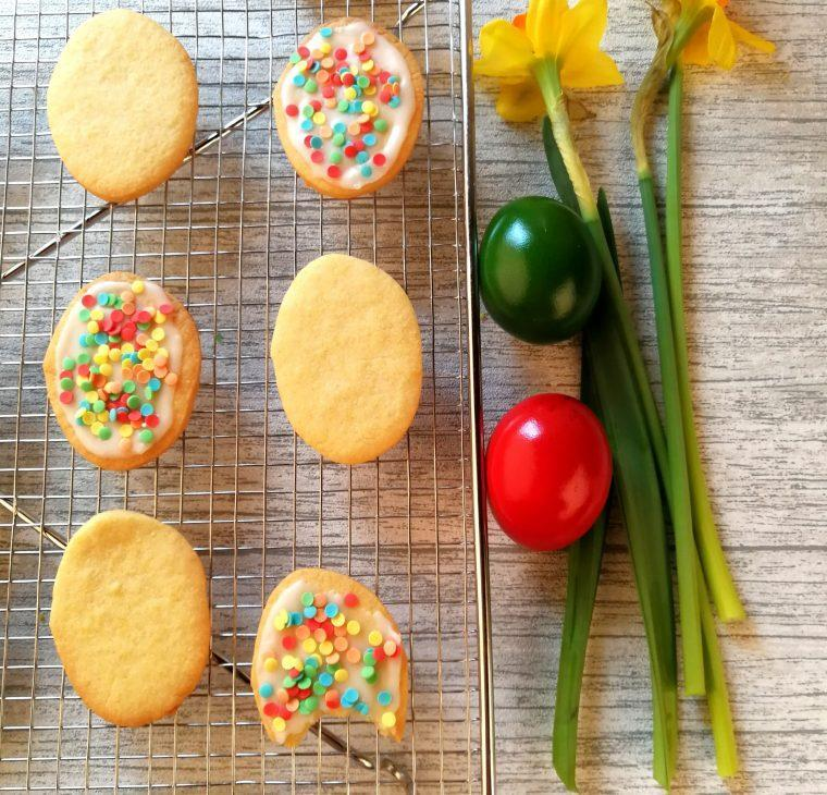 Velikonočni krhki piškoti/keksi z limoninim sladkornim prelivom