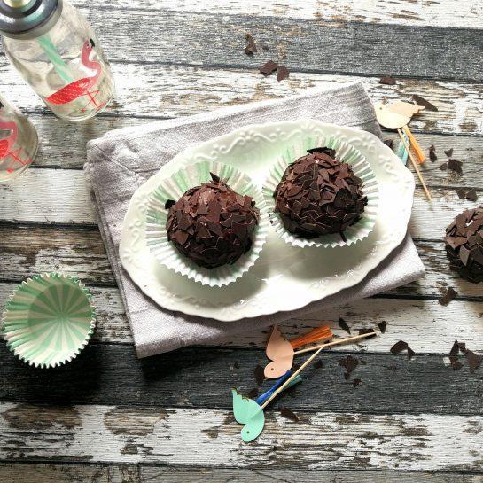Vanilijevi hruškini ježki obliti s temno čokolado in čokoladnimi lističi