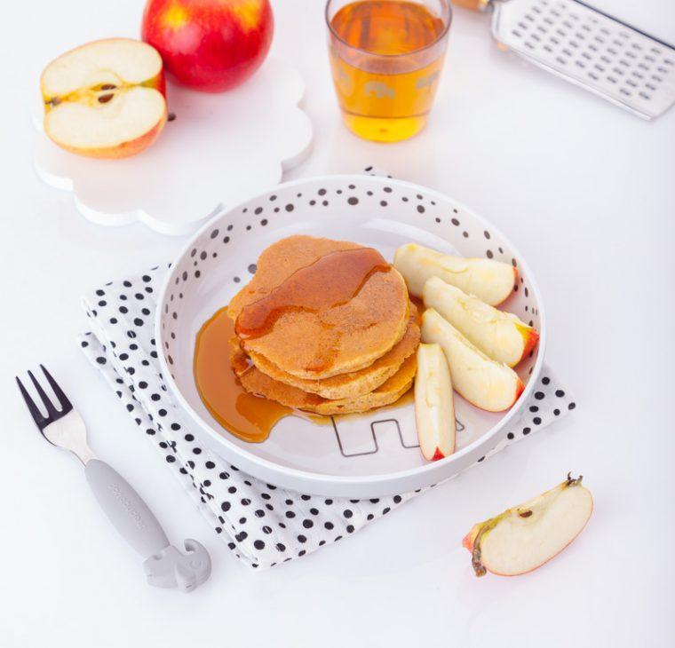 Korenčkove ameriške palačinke z javorjevim sirupom in jabolkom